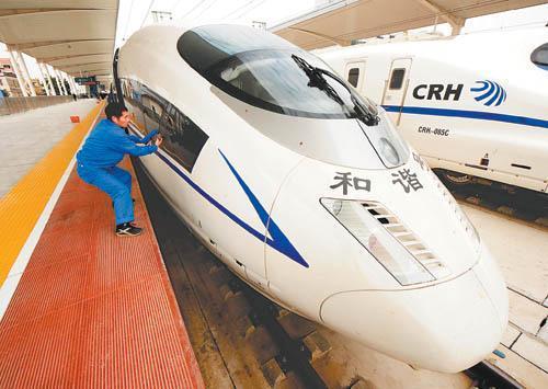 一名工人在廣州北站清洗從武漢火車站到達的crh3型動車組車窗.