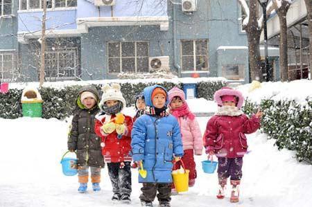 """""""装备齐全""""的小朋友在北京石景山一住宅小区内的雪地里""""集结图片"""