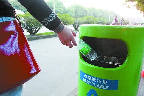 塑料瓶等可回收垃圾放绿色垃圾桶