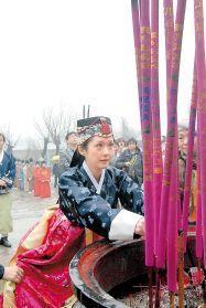 张娜拉 李时珍/韩国女星张娜拉与父亲来到了李时珍的故乡——湖北蕲春,在雨中...