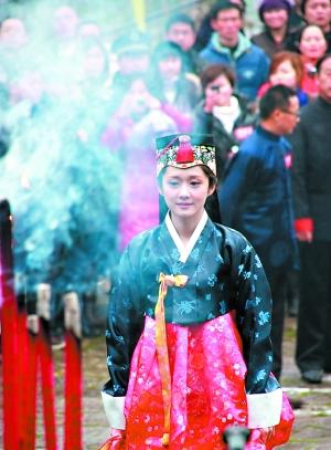 张娜拉/张娜拉身着韩服祭拜李时珍。