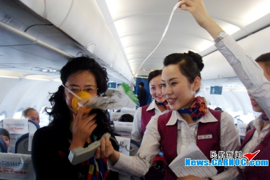 图1:四川航空有限公司乘务组开展平安和谐春运,安全从我做起主题特色活动。摄影:李晶晶 民航资源网2010年2月12日消息:四川航空股份有限公司(Sichuan Airlines Co., Ltd.,简称川航空)在3U8963成都上海航班上,开展了一次以平安和谐春运,安全从我做起为主题的特色活动。 在全体机组成员向乘客拜了早年后,乘务员向旅客介绍了机上应急设备,开展了生活安全小常识开展有奖问答互动活动,营造出平安喜迎春节的氛围。活动一开始,旅客朋友便踊跃参与问答活动,一位女士自告奋勇争当航班上的