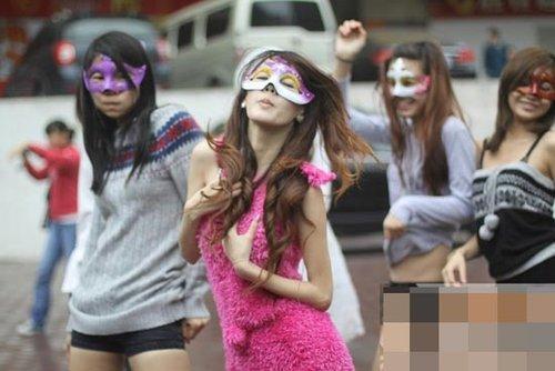 广州8名美女另类征婚 街头着内衣跳劲舞向男性派传单