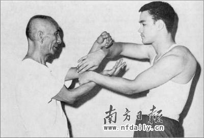 李小龙拳_叶问纪念馆搜集到的老照片,叶问指导徒弟李小龙咏春拳.