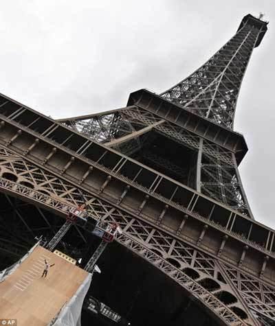 轮滑男子从埃菲尔铁塔跳下 创新世界纪录