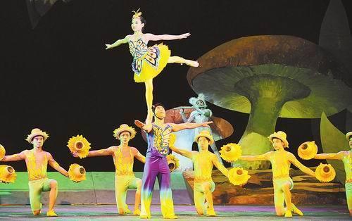 杂技童话剧《小雪猫与独耳鼠》就以将杂技,舞蹈,音乐巧妙嫁接的别样