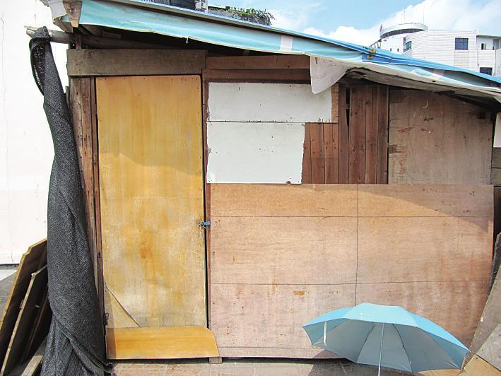 天台上搭建的小木屋设施简陋 俗话说养儿防老,但今年96岁高龄的张老太,有儿有女,却是一人孤零零住在公共天台上临时搭建的小木屋里,屋内没有电灯,屋外用小铁丝扣锁着,老人一天24小时都待在木屋里。养子刘来生说,因家庭住房紧张,经济不宽裕,无奈之下才这样做。经社区工作人员调解,刘来生将接老人回家住。