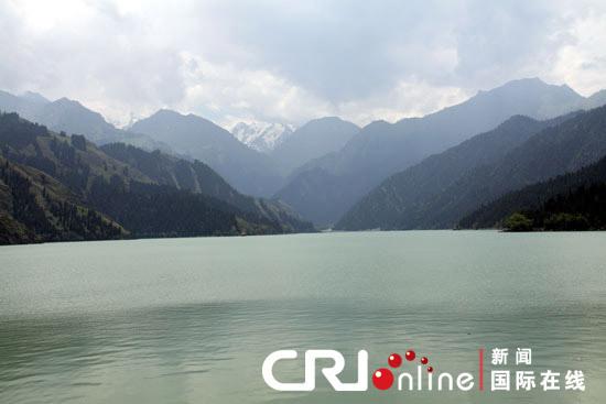 天山景区旅游基础设施非常完善 受到游客好评 国际在线消息(特派记者 王丽楠):每年的6至10月是新疆旅游的旺季。受去年打砸抢烧暴力事件的影响,新疆旅游业一度遭遇重创。如今一年已经过去,新疆各地旅游业出现了良好的复苏势头。记者6日在新疆天池景区管委会了解到,截至目前,天池景区游客已经达到了30多万人次。 新疆天山天池景区是国家级风景名胜区,是新疆三大五A级景区之一,并且已被纳入中国国家自然遗产预备名录。正在天山天池观光的河北游客路倩对记者表示,这是她第一次来到新疆:感觉挺好玩的,挺美的。没有见过这样前面