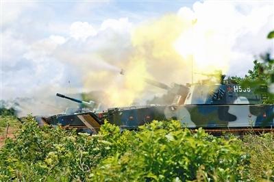 解放军南海演练岛礁作战 新型两栖火炮实射