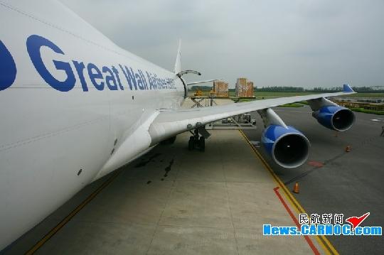 青岛机场货运工作人员保障货物顺利装卸.摄影:孙亚斌