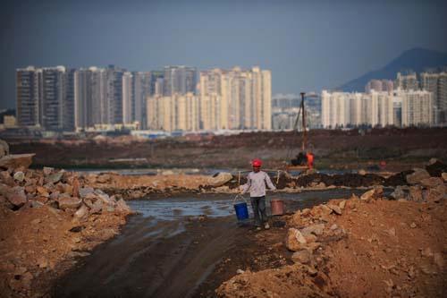 深圳前海填海区正进行填海工程,工程完工后,成为深圳市第二个中心.