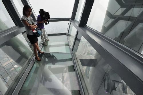 人们在广州塔内眺望广州市景色