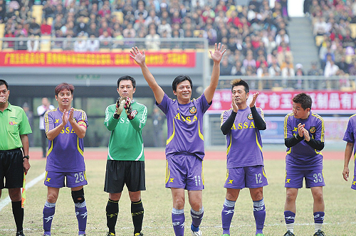 女足球队无码片_香港明星足球队南宁炫球技做慈善