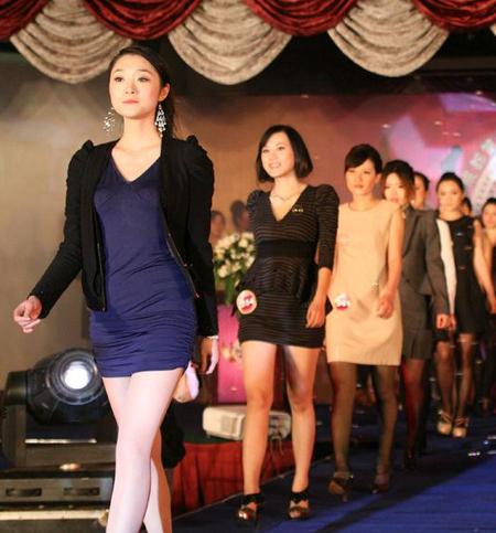 40名年轻美女穿上职业装在t台来回走秀资料图