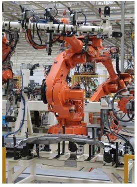在焊线总拼部位的9台abb机器人选用伺服焊钳,比传统气动焊钳定位更图片