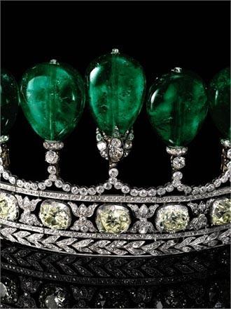 被苏富比拍卖的镶绿宝石及钻石皇冠(资料图)