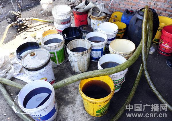 炼油锅外摆放的桶里装着各种油品 北京最大的黑市 全国最贵的(废机)油(收购价)在北京,北京最贵的(废机)油(收购价)在我们院。我们这就是。岳德祥说,与他的说法不谋而合的是,众多收油者说,这里是全北京(规模)最大的废机油黑市。 今年7月1日,环保部颁布实施《废矿物油回收利用污染控制技术规范》,规定不具有危险废物收集经营许可证、危险废物收集、贮存、处置、综合经营许可证的企业及个人不得私自收集、贮存、处理处置废矿物油。 岳德祥介绍,这个黑市的前身,在朝阳区沈家村一带,一年前,因为当地拆迁,搬家到赖马