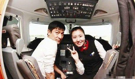 刘德华与空姐合照 疑奢华私人飞机曝光