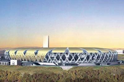该体育场钢结构屋盖采用立面交错编织的空间管桁架