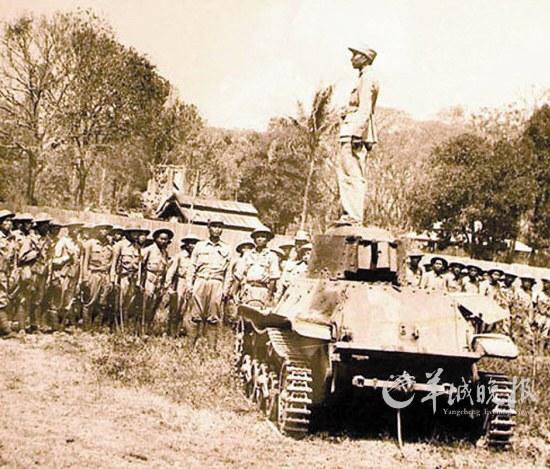 潘裕昆/当年潘裕昆将军站在击毁的日军95式坦克上对士兵讲话