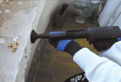 陶冉/射钉枪被改造成可以射出空包弹。本报记者陶冉摄