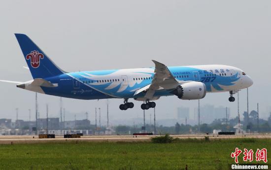 6月2日上午10点30分,中国引进的首架波音787飞机平稳降落广州白云国际