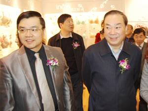 贝因美创始人谢宏陪同到会嘉宾参观展会